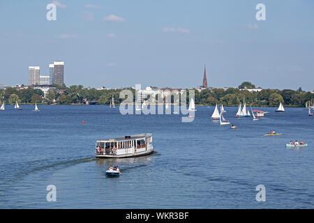 Bateau d'excursion sur le lac de l'Alster, Hamburg, Allemagne Banque D'Images