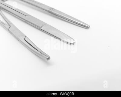 Close-up of Surgical Scissors Over White Background Banque D'Images