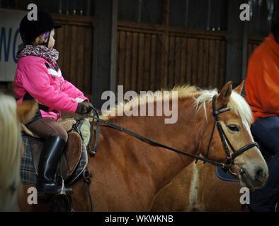 Vue latérale du Girl Riding Horse Banque D'Images