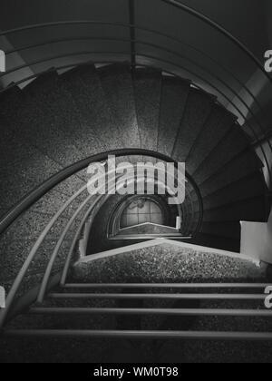 Tourné directement au-dessus de l'escalier en spirale dans le bâtiment Banque D'Images