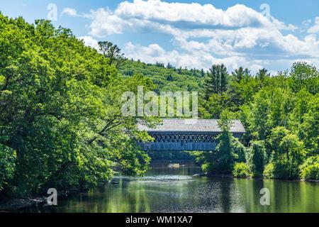 Le pont couvert de Bagnolet est une passerelle piétonne couverte dessert New England College de l'autre côté de la rivière Contoocook à Henniker, New Hampshire. Banque D'Images