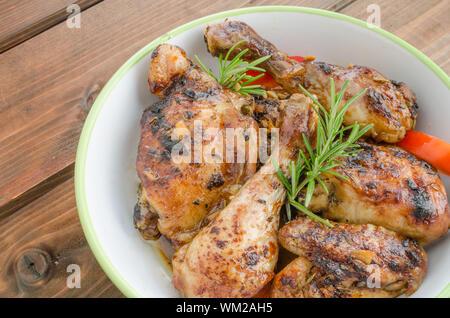 Poulet cuit au four avec du thym, de la sauce soja et l'ail sur le beurre Banque D'Images
