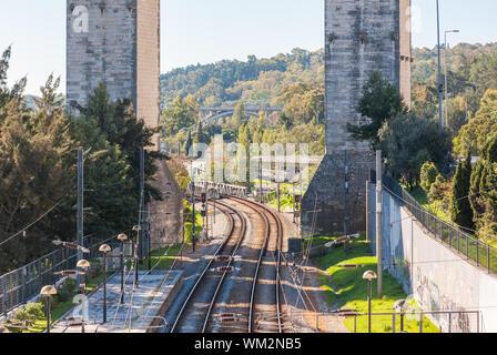 Chemins de fer de l'Aqueduc de l'eau libre à la Station Campolide à Lisbonne, Portugal Banque D'Images