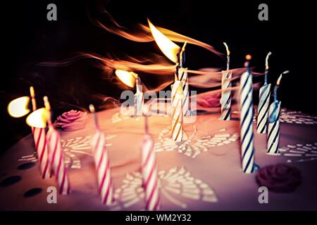 Blowing Out Candles On Cake Banque D'Images