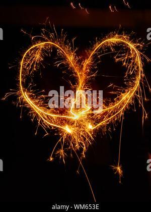 Peinture de lumière en forme de coeur de Sparkler la nuit