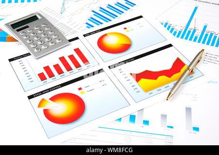 Les graphiques, calculatrice, stylo, homme d'affaires, milieu de collage Banque D'Images