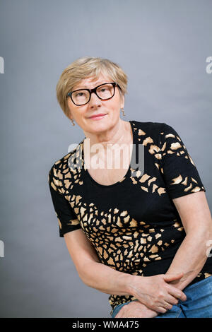Attractive blonde woman wearing glasses Banque D'Images