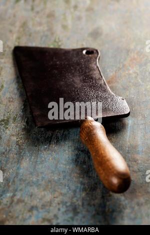 Couperet à viande couteau sur fond foncé vintage Banque D'Images