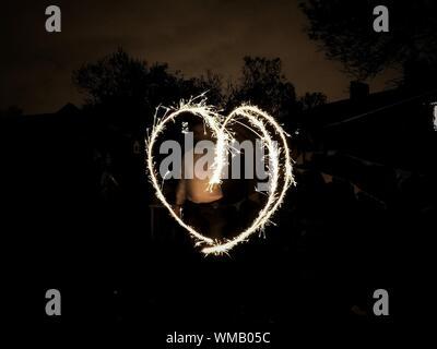 Homme debout avec forme de coeur Peinture Lumière De Nuit