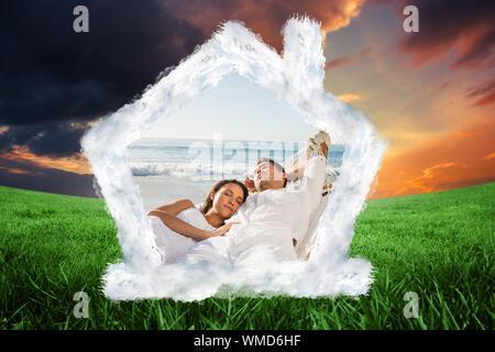 Couple calme sieste dans un hamac contre green field sous ciel orange Banque D'Images