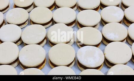 Full Frame Shot de matières premières sur les cookies en forme de coeur Comptoir de cuisine Banque D'Images