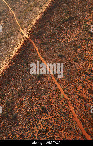 Une piste 4X4 fonctionne sur une dune de sable dans le désert de Simpson à distance, à l'outback Queensland Australie Banque D'Images
