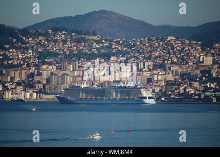 Vue aérienne de la ville illuminée par la mer contre le ciel Banque D'Images