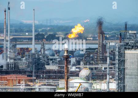 Torche de gaz brûlant à la raffinerie de Grangemouth, en Ecosse