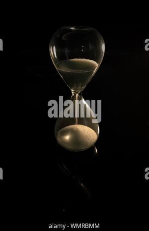Close-up de Hourglass sur fond noir Banque D'Images