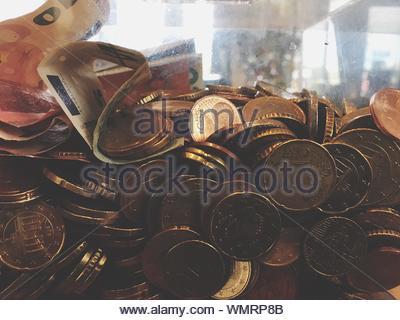 Close-up de pièces et de papier-monnaie dans des contenants de verre Banque D'Images