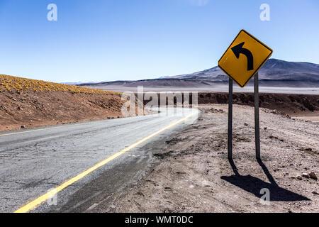 Route vide et signer contre le ciel au désert d'Atacama Banque D'Images