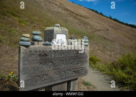 Sentier de randonnée pédestre signe sur panneau en bois à Mountain Banque D'Images