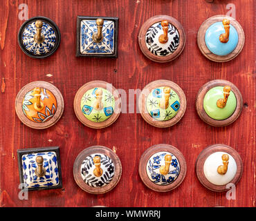 Cintres de céramique colorée présentée d'une manière décorative Banque D'Images