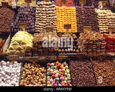 Portrait de divers fruits secs for sale at market Stall Banque D'Images