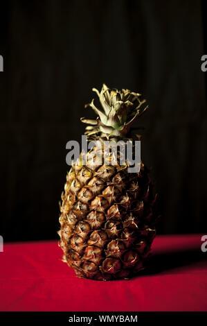 Close-up de l'ananas sur le tableau sur fond noir Banque D'Images