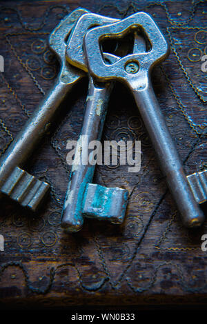 High Angle View of Old Rusty Keys sur table en bois Banque D'Images