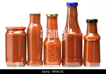 Close-up de différentes bouteilles de sauce Against White Background Banque D'Images
