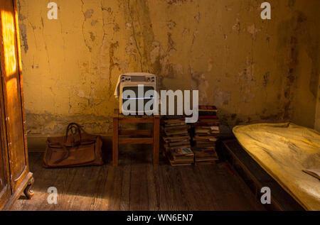 La télévision à l'ancienne et de livres à prix abandonnés Banque D'Images