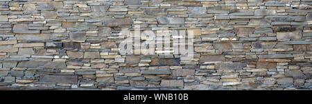 Modèle moderne d'aplatir les mur de pierre les surfaces décoratives de couleur brune. Bordée de pierre mur de granit Pierre rock Banque D'Images