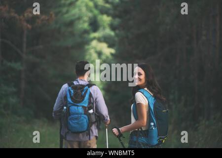 Couple heureux est la randonnée en forêt.
