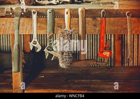 Outils de travail sur bois suspendus dans l'atelier Banque D'Images