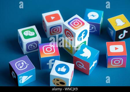 Une collection de cubes de papier imprimé avec des logos célèbres réseaux sociaux en ligne et de messagers. Banque D'Images