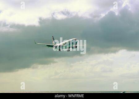 19 août 2019: Low-flying American Airlines Boeing 737-823 N895NN en venant d'atterrir à l'Aéroport International Princess Juliana SXM, St Maarten.