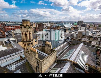 Vue sur la ville et l'ancien bâtiment, le Glasgow Herald, sur le toit de la tour Phare, Glasgow, Écosse, Royaume-Uni