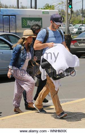 Lahaina, HI - Nouveaux parents Jennifer Love Hewitt et Brian Hallisay font leur chemin dans l'aéroport avec l'automne bébé en remorque de retourner à Los Angeles. L'heureuse famille passé un certain temps sur les îles pour une vacances dans la première année de prendre soin de bébé de l'automne. AKM-GSI 4 Mai 2014 Banque D'Images