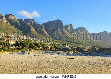 Long blanc et spectaculaire plage de Camps Bay avec le Parc National de Table Mountain derrière lui à Cape Town, Afrique du Sud, vue sur l'océan Atlantique. Banque D'Images