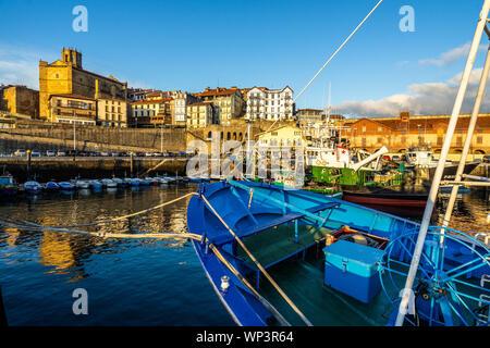 Bateaux de pêche colorés amarrés au port de Getaria, Pays Basque, Espagne Banque D'Images