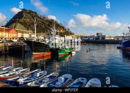 Vue sur port de Getaria, un village de pêcheurs typique dans la province du Guipuzcoa, Pays Basque, Espagne Banque D'Images