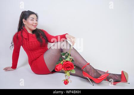 Sex chubby femelle avec visage heureux sur mur blanc photo studio Banque D'Images
