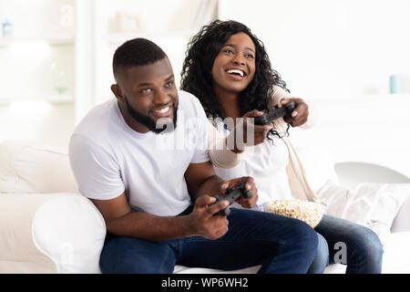 Excitée black couple enjoying jeu vidéo, en concurrence les uns avec les autres Banque D'Images