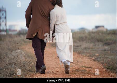 Jeune couple amoureux de tenir la main à l'extérieur lors de l'automne loisirs marche Banque D'Images