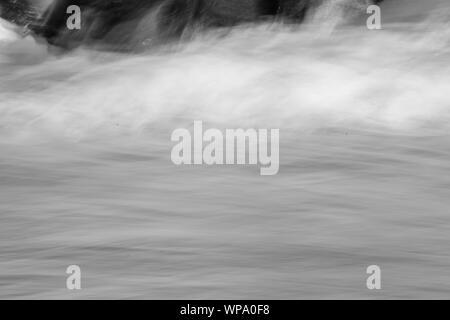 Abstrait noir et blanc des photographies de paysage marin avec de forts remous à faible vitesse d'obturation et exagérée de la motion de flou. Banque D'Images