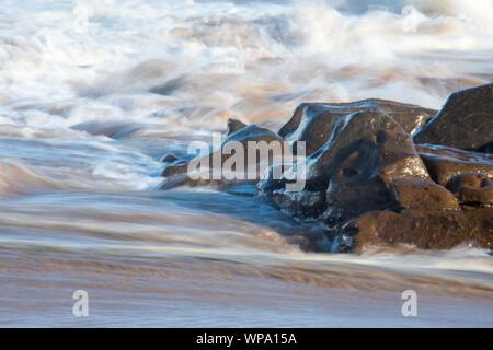 Résumé des photographies de paysage marin avec de forts remous à faible vitesse et une confusion dans la motion. Banque D'Images