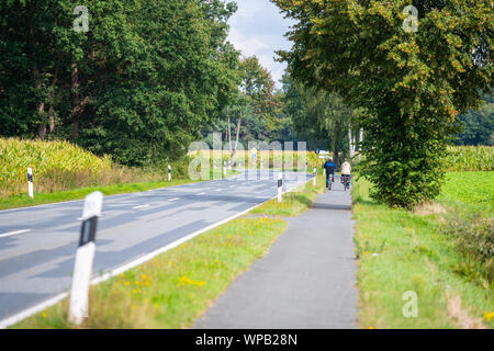 Hude, Allemagne, septembre, 8, 2019: un couple de personnes âgées de conduire sur une route de campagne avec la moto Banque D'Images