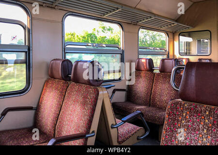 Intérieur de l'ancien train européen avec des chaises dans le rouge Banque D'Images