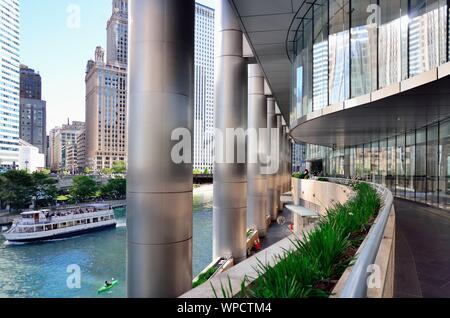 Chicago, Illinois, USA. Vue de la circulation sur la rivière Chicago comme vu d'une rivière à pied le long de la base de Trump Tower.