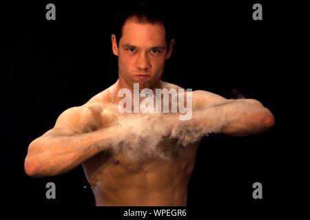 Portrait d'homme torse nu sur fond noir Banque D'Images