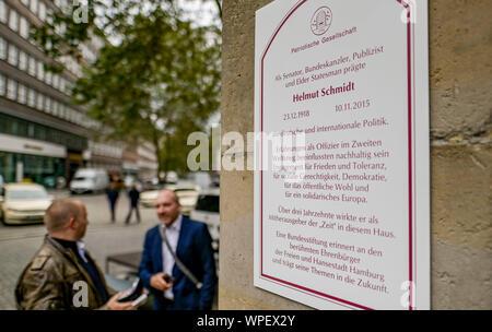 Hambourg, Allemagne. 09Th Sep 2019. Une plaque commémorative pour l'ancien chancelier Helmut Schmidt est jointe à la 'Zeit' bâtiment. Avec cette plaque, la société patriotique de 1765 commémore l'ancien chancelier fédéral. Schmidt a travaillé comme co-éditeur de l'hebdomadaire 'Die Zeit' depuis plus de 30 ans. Axel Heimken Crédit:/dpa/Alamy Live News
