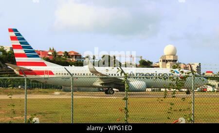 American Airlines Boeing 737-823 N858NN s'aligne sur la piste avant de décoller de l'Aéroport International Princess Juliana SXM, Sint Maarten.