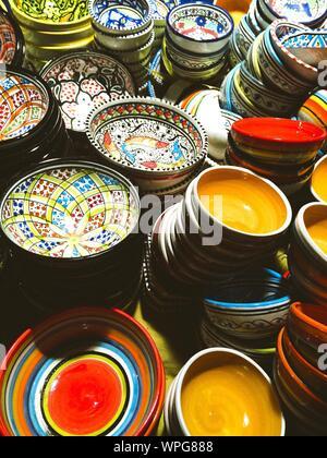 Affichage des bols de céramique et plaques en boutique Banque D'Images